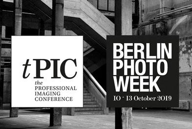 Die Logos der tPIC und der Berlin Photo Week vor einem Foto des Kraftwerk Berlin