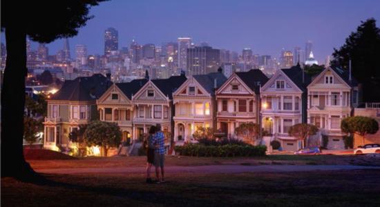 Häuserzeile im Abendlicht