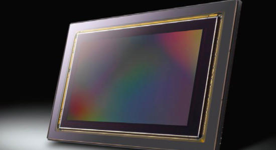 Sensor steht aufrecht vor dunklem Hintergrund